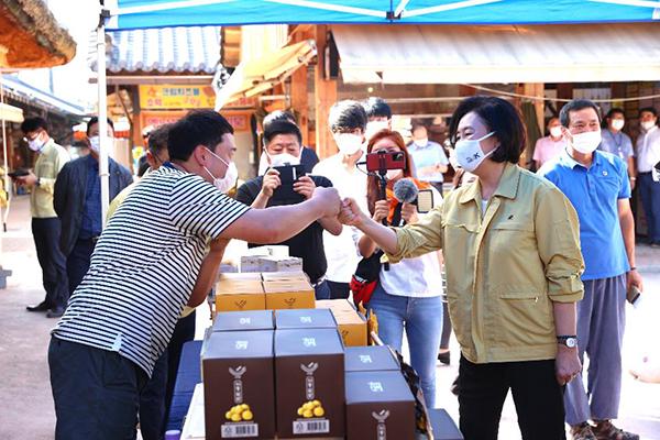 18일 박영선 중소벤처기업부 장관이 경남 화개장터를 방문해 상인과 주먹인사를 나누며 격려하고 있다.(사진=중소벤처기업부)