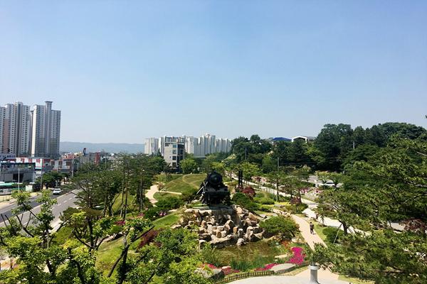 높은 고층 빌딩 사이에서 천연 공기 청정기 역할을 하는 포항시 철길 숲의 모습. <사진=포항시>