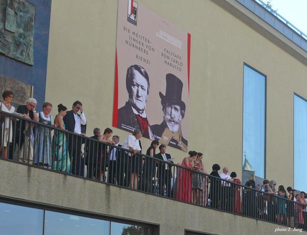 매년 여름에 볼 수 있는 잘츠부르크 페스티벌 공연장의 관객들.