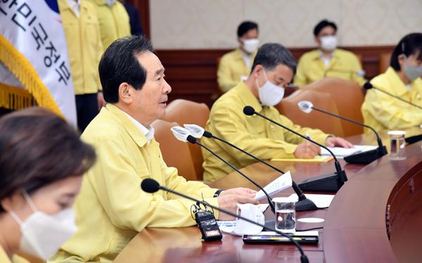 정세균 국무총리가 20일 서울 세종로 정부서울청사에서 열린 코로나19 중대본 회의를 주재하고 있다.