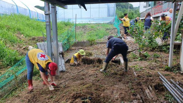 연천군 자원봉사센터는 수해를 입은 연천군 9개 가구의 수해복구를 도왔다. (사진=연천군 자원봉사센터)
