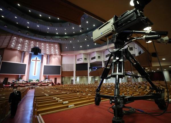 서울 영등포구 여의도순복음교회 대성전에 예배 중계를 위한 카메라가 설치돼 있는 모습.(저작권자(c) 연합뉴스, 무단 전재-재배포 금지)
