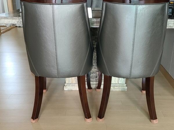 집안에 있는 의자에는 층간소음 방지용 패드를 부착해 소리가 나지 않도록 했다.
