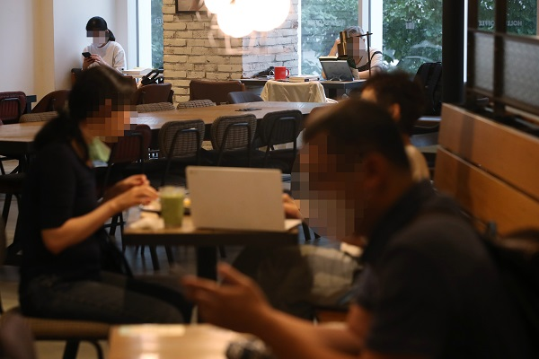 사회적 거리두기 2단계가 조치 중인 21일 서울의 한 카페에서 마스크를 착용한 이용객과 착용하지 않은 이용객들이 시간을 보내고 있다. (저작권자(c) 연합뉴스, 무단 전재-재배포 금지)
