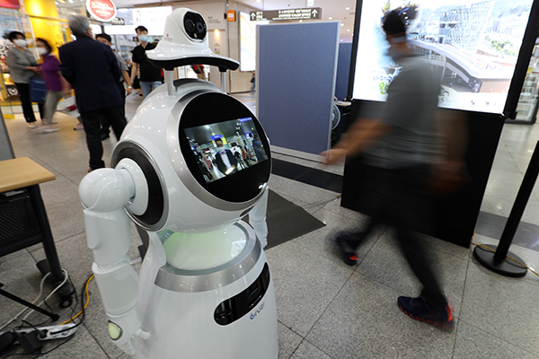 광주 서구 광천동 종합버스터미널 도착장에서 인공지능(AI)을 탑재한 로봇이 코로나19 방역을 시연하고 있다. (사진=저작권자(c) 연합뉴스, 무단 전재-재배포 금지)