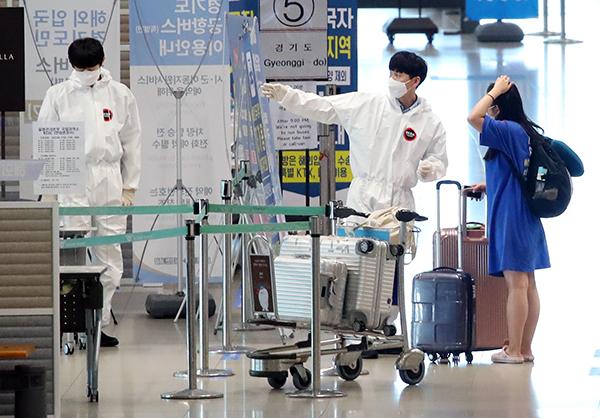 인천국제공항에서 한 입국객이 관계자의 안내를 받고 있다. (사진=저작권자(c) 연합뉴스, 무단 전재-재배포 금지)