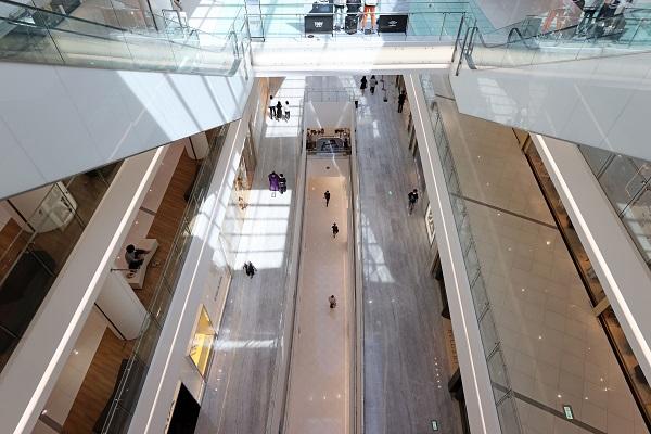 '사회적 거리두기 2단계' 조치가 전국으로 확대된 23일 오후 서울 시내의 한 대형 쇼핑몰이 한산한 모습을 보이고 있다.(사진=저작권자(c) 연합뉴스, 무단 전재-재배포 금지)