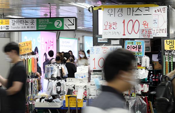 24일 지하철 신도림역 매점에서 마스크를 판매하고 있다. 서울시는 이날 서울 전역 실내외 마스크 의무착용 행정명령을 내렸다. (사진=저작권자(c) 연합뉴스, 무단 전재-재배포 금지)