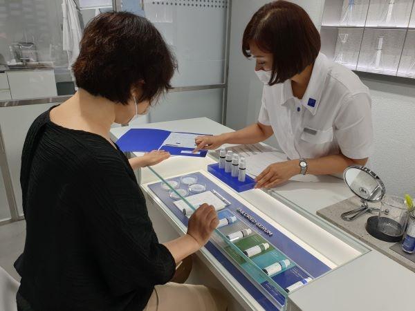 맞춤형화장품조제관리사가 필자의 피부 상태에 맞는 맞춤형화장품을 상담하고 있다.