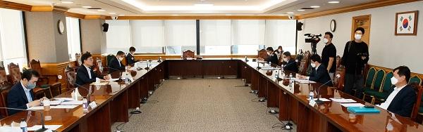 손병두 금융위 부위원장이 24일 서울 중구 은행연합회에서 금융리스크 대응반 회의를 주재, 모두발언을 하고 있다.
