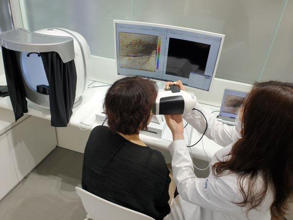 피부 상태를 정밀하게 진단받는 검사 과정이다.