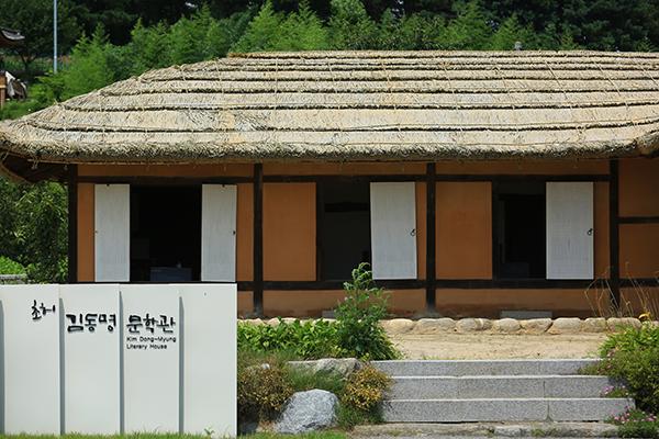 김동명 생가. 김동명은 이곳에서 태어나 어린 시절을 보내고 함경도로 이주해 시인이 된 이후 1947년 월남했다. 문학관과 생가 앞에는 그의 시에 나오는 파초가 심어져 있다.