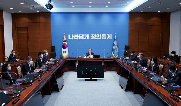 문재인 대통령이 25일 오전 청와대 여민관에서 영상 국무회의를 주재하고 있다.
