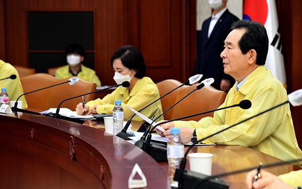 정세균 국무총리가 26일 서울 세종로 정부서울청사에서 열린 코로나19 중대본 회의를 주재하고 있다.