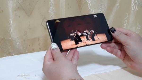 스마트폰으로 혹은 티브이 모니터로 연결해 대형화면으로도 공연을 즐길 수 있다