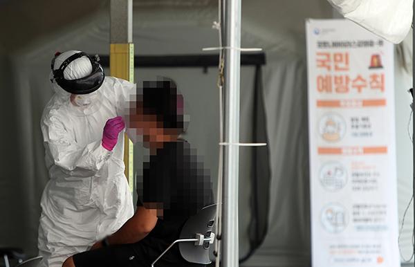 23일 오후 청주시 상당구보건소에서 시민들이 코로나19 진단 검사를 받고 있다. (사진=저작권자(c) 연합뉴스, 무단 전재-재배포 금지)