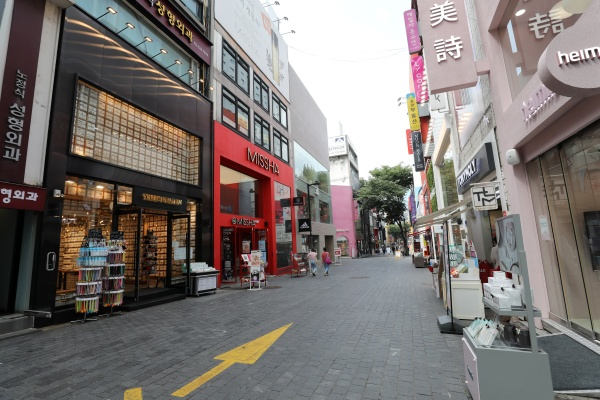 '사회적 거리 두기 2단계'가 전국적으로 확대 시행되고 있는 24일 오후 서울 명동거리가 한산한 모습을 보이고 있다.(출처=뉴스1)