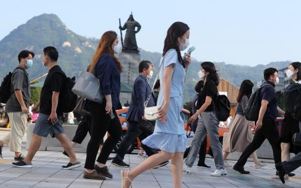 서울 전역에서 실내·외 마스크 착용 의무화가 시작된 24일 오전 서울 광화문일대에서 마스크를 쓴 시민들이 출근을 하고 있다. 2020.8.24/뉴스1