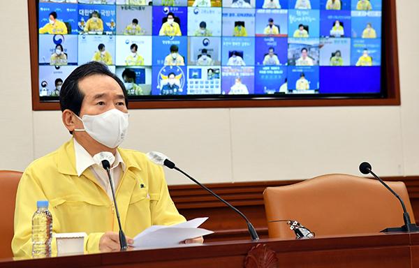 정세균 국무총리가 28일 서울 세종로 정부서울청사에서 열린 코로나19 중대본 회의를 주재하고 있다.
