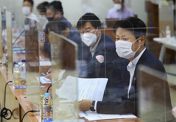 김강립 보건복지부 차관이 제15차 건강보험정책심의위원회 본회의에서 인사말을 하고 있다. (사진=보건복지부 제공)