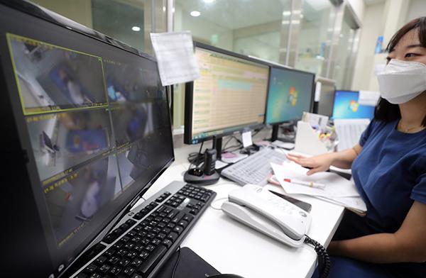 경기도의료원 안성병원에서 의료진들이 모니터를 통해 입원한 확진 환자들의 상태를 살피고 있다. (사진=저작권자(c) 연합뉴스, 무단 전재-재배포 금지)