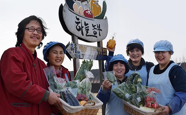 조철호 하늘농부 대표(맨 왼쪽)가 직원들과 함께 하늘농부 농산물을 소개하고 있다. (사진= 하늘농부 영농조합법인 제공)