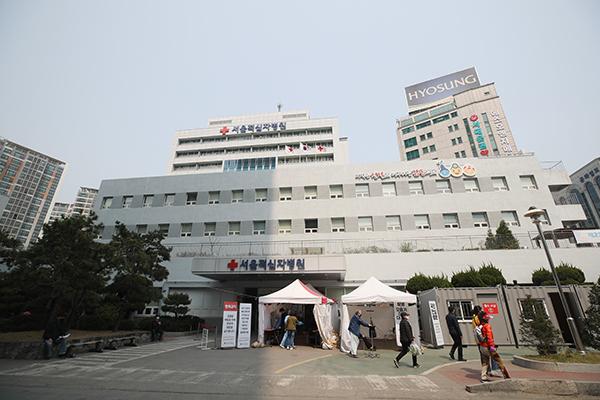지난 4월 11일부터 서울시 지정 감염병전담병원으로 운영되고 있는 서울적십자병원. (사진=저작권자(c) 연합뉴스, 무단 전재-재배포 금지)