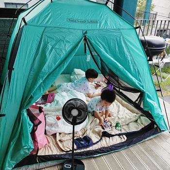 경기도 광주에 거주하는 왕현지씨가 집 테라스에 텐트를 설치해 아이들이 놀고 있는 모습.(사진=왕현지씨 제공)
