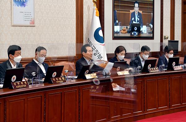 정세균 국무총리가 1일 서울 세종로 정부서울청사에서 열린 국무회의에서 발언하고 있다.