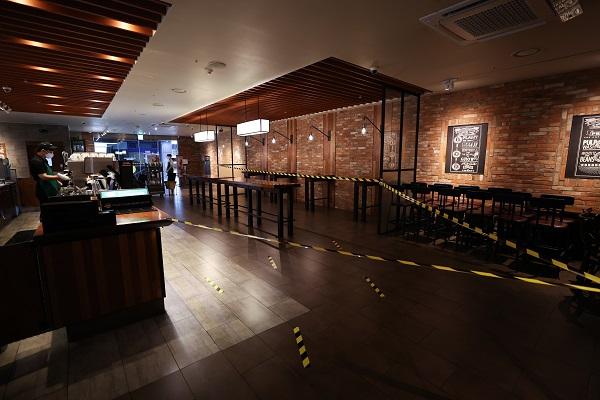 수도권 지역에 강화된 사회적거리두기 2단계 실시로 수도권 프렌차이즈 커피 매장은 배달과 포장만 가능하다. 이곳 카페 매장에는 좌석 이용 통제선이 설치돼있다.