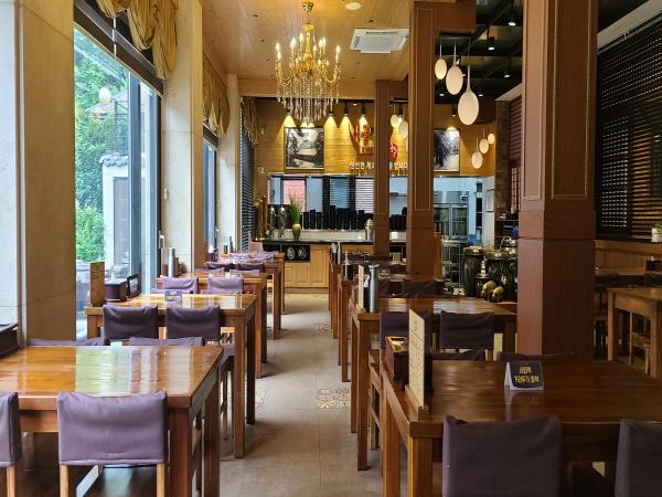 음식점에서 '사회적 거리두기 좌석'이란 팻말이 놓여 있어 아예 손님들이 앉지 못하도록 했다.