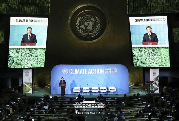 지난 9월 뉴욕 유엔 총회 회의장에서 연설하고 있는 문재인 대통령.(출처=환경부)