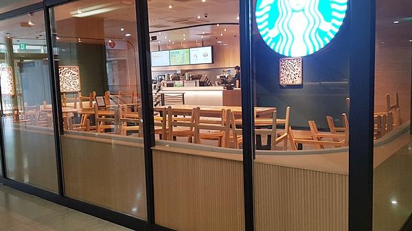 기다려야 할 정도의 프랜차이점 형 커피전문점이 훵 해 멈춰진 도시 안에 있는 느낌이 들어 얼른 주문하고 나왔다.