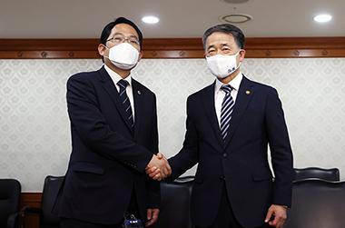 """박능후 복지부 장관 """"의료계-정부 합심해 코로나19 극복에 역량 집중"""""""