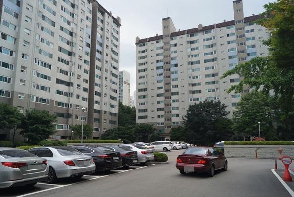 아파트 주차난 심화에 따라 주민 운동시설, 단지 내 도로, 어린이 놀이터를 주차장으로 용도 변경하는 것도 주민 동의 1/2만 받으면 가능하다.
