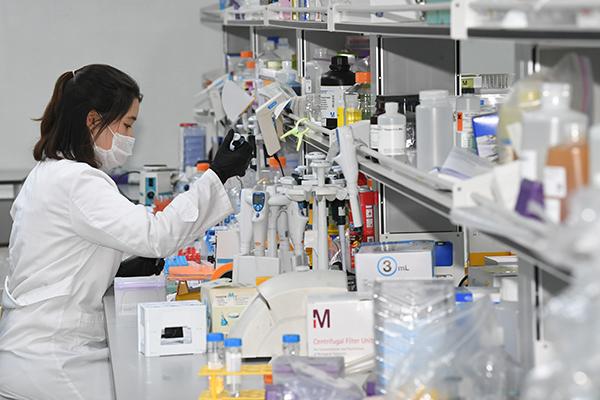 경기도 용인시 GC녹십자에서 연구원들이 코로나19 혈장치료제 개발을 위해 연구에 매진하고 있다. (사진=저작권자(c) 연합뉴스, 무단 전재-재배포 금지)