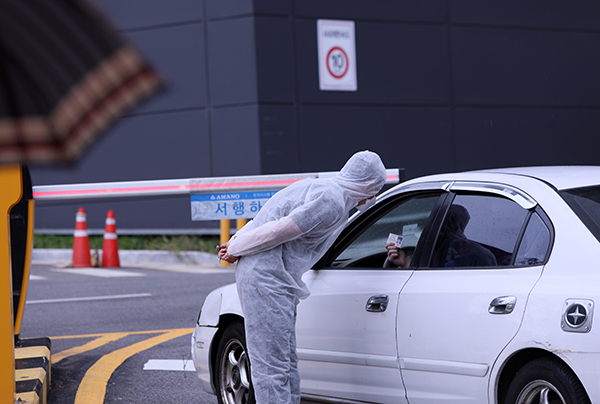 6일 경기도고양시 쿠팡 고양물류센터 입구에서 보안 직원이 일일이 출입자를 확인하고 있다. (사진=저작권자(c) 연합뉴스, 무단 전재-재배포 금지)
