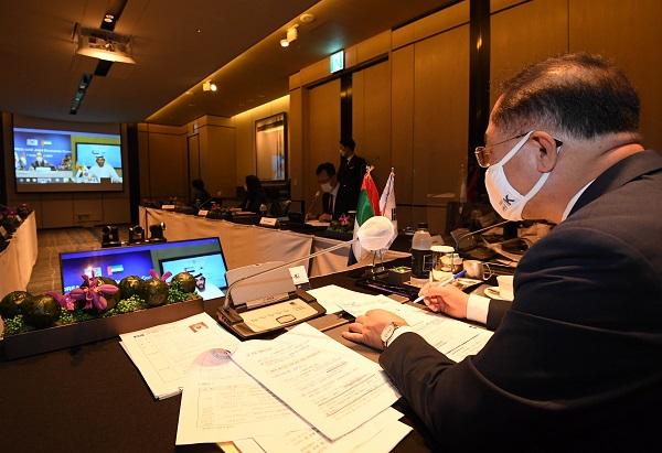 빈 투크 알 마리 UAE 경제부 장관과'제7차 한-UAE 경제공동위원회' 화상회의를 진행하고 있다.(사진=기획재정부)