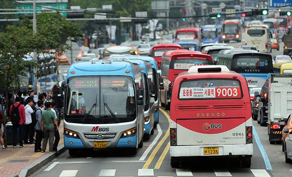 서울 중구 남대문세무서 앞 버스정류장에 광역버스들이 줄지어 서 있다.(사진=저작권자(c) 연합뉴스, 무단 전재-재배포 금지)