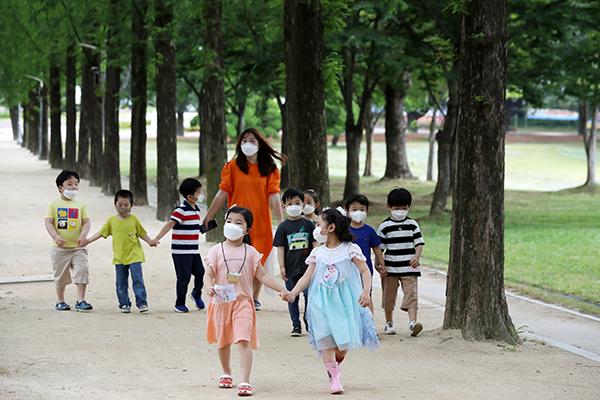 광주 북구 전남대학교에서 체험학습을 나온 북구청 직장어린이집 아이들이 메타세쿼이아길을 걷고 있다. (사진=저작권자(c) 연합뉴스, 무단 전재-재배포 금지)