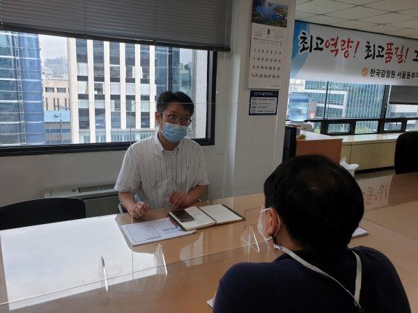 임대차보호법 방문상담에 응하고 있는 조준희 부장.