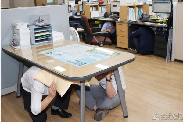 지진이 발생하면 실내의 경우 우선 탁자 밑으로 들어가 탁자 다리를 꼭 잡고 몸을 보호해야 한다. (사진=울산광역시)