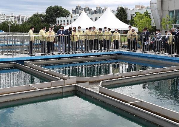 정세균 국무총리가 7월 25일 인천 부평정수장을 찾아 수돗물 유충 발생 관련 대응상황을 점검하고 있다.