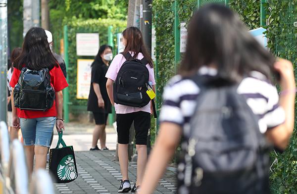 서울 마포구의 한 초등학교에서 등교하는 학생들의 모습. (사진=저작권자(c) 연합뉴스, 무단 전재-재배포 금지)
