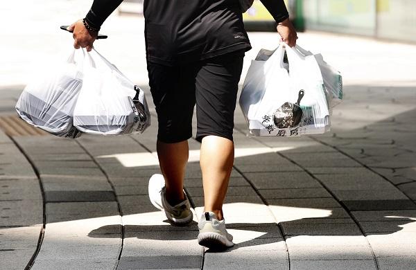 코로나19 확산으로 포장·배달 음식이 늘어난 25일 서울 시내에서 배달원이 포장된 음식을 배달하고 있다.(저작권자(c) 연합뉴스, 무단 전재-재배포 금지)