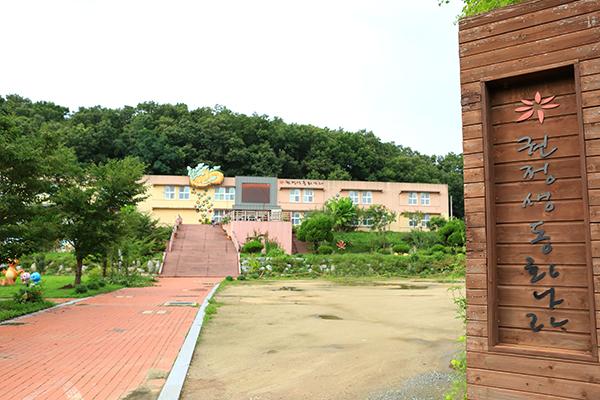 권정생 선생이 다녔던 안동 일직 초등학교가 폐교되면서 2014년 그 자리에 '권정생 동화나라'가 문을 열어 그의 작품과 유품, 작품의 캐릭터들을 전시하고 있다.
