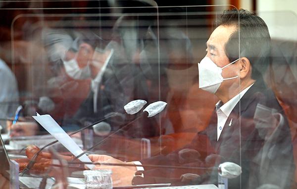 정세균 국무총리가 15일 정부서울청사에서 열린 국무회의를 주재하고 있다.