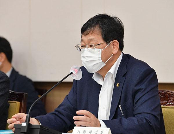 안일환 기획재정부 차관이 15일 서울 광화문 정부서울청사에서 열린 '범정부 4차 추경 TF 회의'를 주재, 모두발언 하고 있다. (사진=기획재정부)