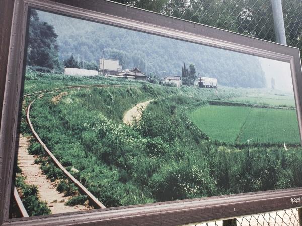 사리역 인근에는 수인선 협궤열차 시절 사진을 볼 수 있었다.