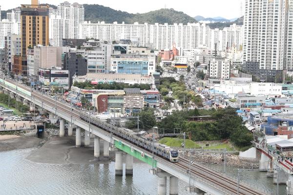 수원과 인천을 잇는 광역철도 수인선이 25년 만에 모든 구간 개통후 첫 주말인 13일 오후 수인선 전동차가 인천시 남동구 소래포구 인근 대교를 달리고 있다.(출처=뉴스1)